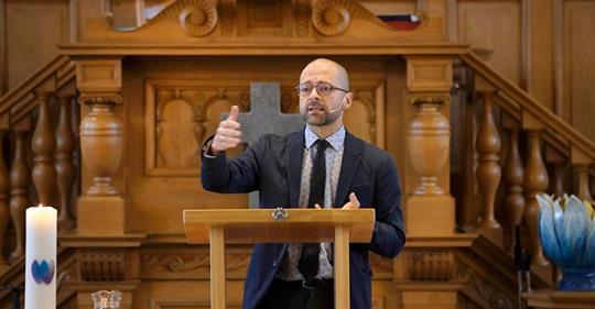 Theoloog Luigi Gioia predikt de bevrijdende werking van gebed